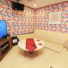 小さなお子様と一緒に安心してご利用できる床がクッション素材のお部屋です(禁煙)!完全個室で周りの目を気にせずママ会に最適!!