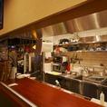オープンキッチンコンパクトなキッチンからは驚くほど沢山の美味しいお料理が生まれてきます。食材を炒める音、香、炎、演出も楽しい時間をお手伝いします。長渕剛大ファンのシェフが一人で全てご用意する和洋問わずのお料理は大評判です!1軒目からどうぞ!