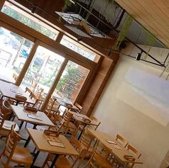 テーブル席A 店入口入ってすぐのスペース。大画面のプロジェクターでハワイやフラの映像でハワイ気分を満喫できます!テーブルは可動式なので2名様から20名様までご利用頂けます。