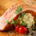 料理メニュー写真炙りチーズのドデカ!!ベーコンのせポテトサラダ