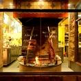 日本初★店内中央に大型炉を配置し、ブロック肉を豪快に薪で焼き上げる「カルネ・アサダ」