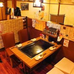 レトロ感満載の4名テーブル席