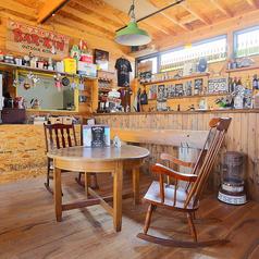 【テーブル席・2人】こちらも円卓○カウンター前のお席ですので店主との会話も楽しめる自慢のお席★ロッキングチェアでのんびりお食事しましょう♪♪