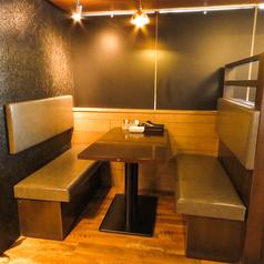 女子会やデートなど少人数様向けのテーブル席は、人数に合わせてレイアウト可能!駅近でアクセス抜群ですので、仕事終わりのちょっとした飲み会にもおすすめ。店内は活気溢れる居心地良い空間作りを目指しております。ご予約やご不明点などございましたらお気軽にお問い合わせ下さい。