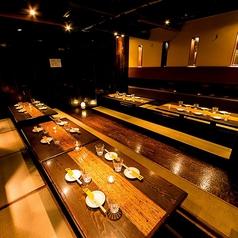 少人数での宴会、大型の宴会などにご利用いただける3階の座敷席。4~6名様のご予約を受け付けておりますが、6テーブルを結合させることで、最大36名様までご着席が可能です。ほっと一息ついて、ゆったりとお寛ぎいただける座敷。結婚式の二次会や親戚同士のお食事会など、大人数の集まりは、ぜひ当店で!