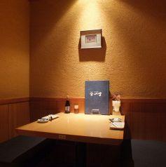 2名様向けのお席なので、デートなどにおすすめのお席です。北海道の新鮮な食材で作るお薦めの逸品が満載のコースは大人気!北海道名物ラーメンサラダに生ラム焼肉or北海道名物チャンチャン焼きorズワイがに盛りや大人気のザンギなど盛沢山!新鮮なお刺身と美味しいお酒をご堪能ください。