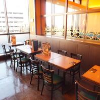 高い天井に大きな窓、開放的な雰囲気のビアレストラン