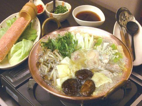 新鮮な軍鶏の水炊き鍋は肉本来の旨味が味わえる逸品。和の趣溢れる大人空間でどうぞ
