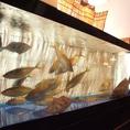 近海で仕入れる旬の魚介が生簀で泳ぐ…
