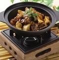 料理メニュー写真牛バラと牛筋の土鍋煮込み/牛肉と板春雨入り激辛土鍋煮込み