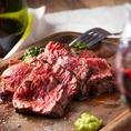 【コスパ最強!肉×ワイン】当店自慢の'極上ステーキ ~クリームスピナッチ添え~1290円はジューシーな赤身肉はワインともよく合います◎他には、チキングリルや、白ワインで煮込んだ豚角煮、自家製デミハンバーグなど充実な品ぞろえ!100種のワインビュッフェと合わせてお楽しみください◎