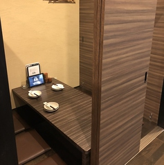 店内は木調の落ち着いた雰囲気。掘りごたつ席もご用意しています◎