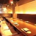 ◆14名様~18名様向け完全個室席◆梅の花が描かれた18名迄のテーブル個室です。横一列にならぶスタイルのお席は、顔合わせや会社宴会、お食事会などのかしこまったお席にもご利用いただけます。柔らかな照明が店内の優しい雰囲気を演出致します。