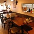 2階テーブル席  リビングにいるような居心地抜群の空間は、昼には素敵なカフェタイムを、夜は大人のバーとして、様々な利用が可能!