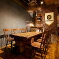 長方形のテーブル席は最大8名様まで!中規模宴会などに人気があります♪各種二次会などにも是非。