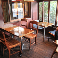 2階の光が差し込む半テラス席。外の席でありませんがテラスにいるかのような光の差し込み感。読書や物書き、パソコンをお持ち込みのお客様に人気のお席です。【茶屋町・中崎町・誕生日・カフェ・女子会・ママ会・貸切・和】