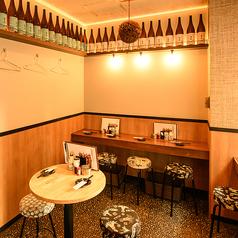 【1F】『カウンター&テーブル席』お一人様大歓迎!一升瓶が壁一面に並べられたフロアで、仕事帰りの一杯にはもってこい♪秋葉原総本店はお通しが無料サービスのためサク飲みもおすすめです!ぜひお気軽にお越しください♪