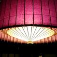 天井の照明には和傘をモチーフにした照明が