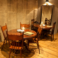 店内入ってすぐ左には4名様用の円卓が2つございます。繋げて最大10名でもゆったり座れる木製テーブル♪