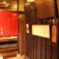 掘りごたつの入り口と粋な壁の装飾