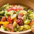料理メニュー写真マグロとキウイのパワーサラダ