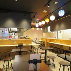 1階はカウンターとテーブル、どちらでも楽しめます!料理人との会話を楽しめるカウンター、そして友人や同僚と語れるテーブル。横丁ならではの大衆的な雰囲気と新しさがある自慢の店内です!1名様~最大102名様まで楽しんでいただけます。[旭川/居酒屋/宴会/飲み放題/魚/肉]