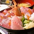 【海鮮丼】真ん中にドーンと甘エビをたて、おススメの赤身や白見と、イクラをちりばめました!魚之屋海鮮丼はランチタイムは850円(税別)でご提供致します♪朝どれのおススメ海鮮を贅沢につかったランチです!