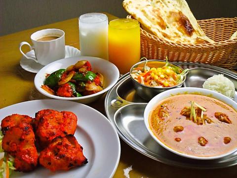 本格インド料理が味わえ、25種類のカレーと13種類のナンを楽しめる!