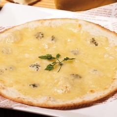 料理メニュー写真4種チーズのトルティーヤピザ