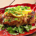 テーブルに運ばれた瞬間、一枚炙りの存在感に圧倒されること間違いなし。大山鶏を贅沢に一枚使用し炭火で炙ると、鶏の旨味が凝縮し、噛みしめるほど口の中に風味が広がります。