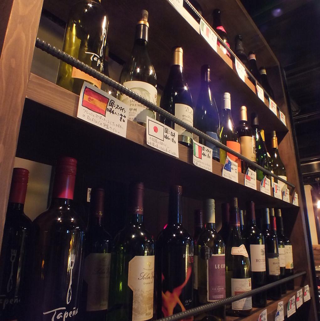 料理とワインのマリアージュ。豊富なワインセラーから赤・白・泡お好みの1本をセレクトいたします。