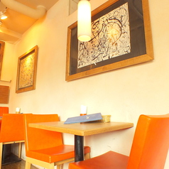 優しい照明の空間はカップルでのご利用や女子会にもおすすめです!温かみのある落ち着いた空間なのでリラックスしながらお食事をお楽しみいただけます。
