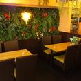 壁一面から生える植物が、自然感を高めます♪まさに南国のリゾート地に迷い込んだかのよう★仕事帰りの一杯にいかが!?