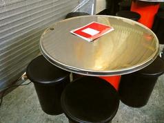丸型のテーブルです。みんなで鍋や鉄板を囲んで食べる時にピッタリ!