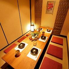 3方を仕切った半個室テーブル席から仕切りのない広々としたテーブル席まで用意しております