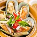 料理メニュー写真ホイマレンプーオップ(ムール貝の土鍋蒸し)