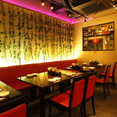 いつものお食事やランチタイムに。地下にありながら明るい店内、中国風の内装で雰囲気たっぷり。お二人席としての利用も可能です。