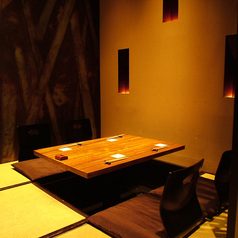 2名様~4名様≪ 半個室掘り炬燵 ≫店内にはひっそりとした隠れ家的な個室空間が。細部にまで気を使ったインテリアや間接照明が温かな空間を演出。静かな空間でいただく美食の数々に、身も心も癒されます。