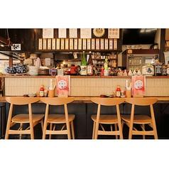 当店では1名様~でも安心してご利用ができるカウンター席をご用意しております♪囲炉裏や焼き場も目の前でSTAFFとの会話や雰囲気も一緒にお楽しみ頂けます。また、カウンターならではの他のお客様との会話も楽しめるかもしれませ・・・美味しい旬の海鮮や日本酒がサク飲みも大歓迎!