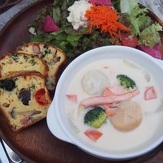 料理メニュー写真【冬期限定】サーモンと大粒ホタテの濃厚クリームシチュー ケークサレ添え