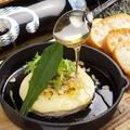 料理メニュー写真焼きカマンベールチーズの蜂蜜かけ
