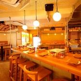 【会社宴会などグループに♪】店内真ん中の大テーブルで活気あるバルの雰囲気を味わって♪大きな一枚木のテーブルがあります!大人数でのパーティーなどにぜひご利用ください。