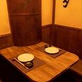【テーブル席】半個室のテーブル席。昭和レトロな雰囲気と懐かしミュージックが落ち着く空間。