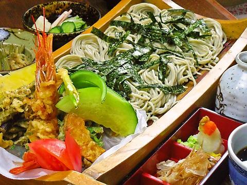 糸魚川の山の幸や畑で採れた自家製野菜を使用、昭和の雰囲気漂う入りやすいそば店。