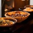 【自慢のおダシで炊くおばんざい】その日に仕入れた食材で作る自慢のおばんざい。家庭的なものでも和の職人がひと手間加えたプロの味です。その時の旬の食材や少し変わったお料理などもあるので是非食べてみて下さい。京都の優しい味が滲みでている品々です♪