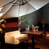 広々したフロアーに配置された2名様用のテーブル席。席間隔が広く配置しているので、海外リゾートにいるような気分を周りを気にせず楽しみたいお客様にオススメです。