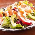 料理メニュー写真スモークサーモンとアボカドのシーザーサラダ