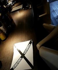 1階人気のソファカウンター席。通常2名様3組→2組へソーシャルディスタンス。