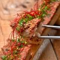 料理メニュー写真馬肉ロングユッケ寿司