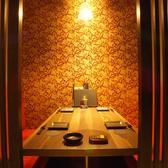 2名~4名様用の少人数向け個室も完備しております。落ち着いた雰囲気のプライベートな空間ですので、甲府での接待や顔合わせからデートやちょっとした飲み会までオススメです。ワンランク上の個室居酒屋 楽蔵で、寿司や焼き鳥など自慢の創作和食料理を是非満喫してください。 ※画像は系列店